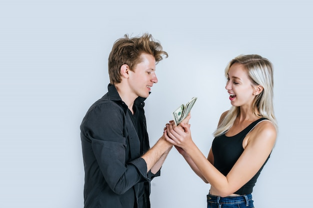 Les billets de dollar montrent un couple heureux font des affaires