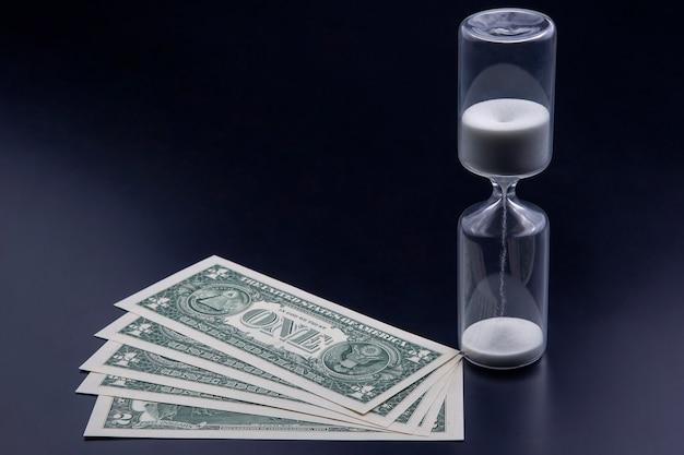 Les billets d'un dollar se trouvent près du sablier