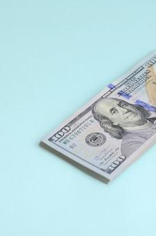 Billets en dollars américains d'un nouveau dessin avec une bande bleue au milieu