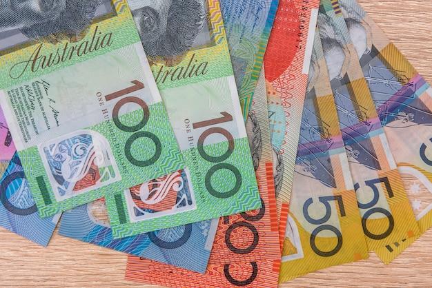 Billets en dollars australiens colorés se bouchent sur la table