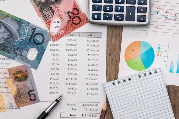 Billets en dollars australiens avec graphique et calculatrice sur table