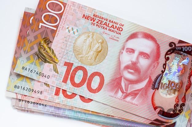Billets en dollars néo-zélandais sur fond blanc