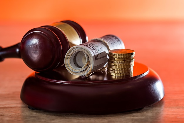 Billets en dollars en paquet avec marteau du juge en bois
