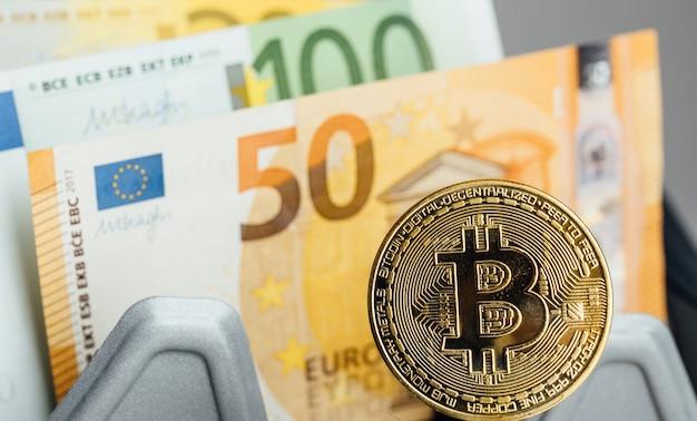 Billets en euros et concept d'investissement en crypto-monnaie bitcoin. pièce d'or de bitcoin d'argent d'euro et de crypto