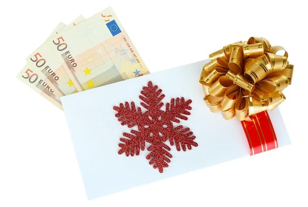 Billets en euros dans une enveloppe avec un arc isolé sur blanc