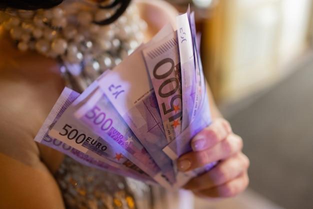Billets en euros. fond d'euro en espèces. gros plan des mains de femme avec de l'argent en euros.