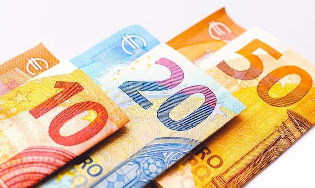 Billets En Euros Isolés Sur Blanc En Photographie Rapprochée Photo Premium