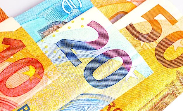 Billets en euros isolés sur blanc en photographie rapprochée