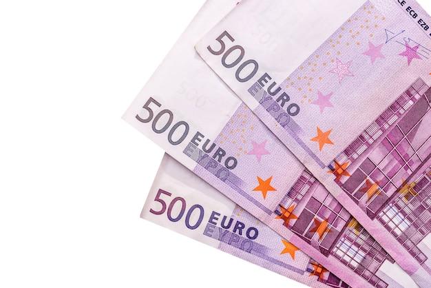 Billets en euros isolés sur une surface blanche