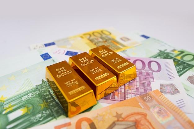 Billets en euros et lingots d'or se bouchent