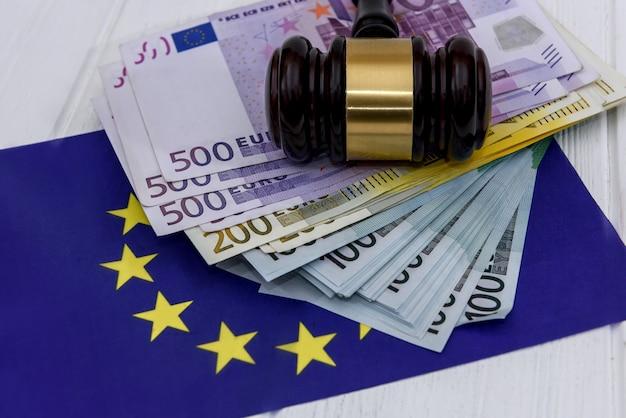 Billets en euros avec le marteau du juge et le drapeau de l'union européenne