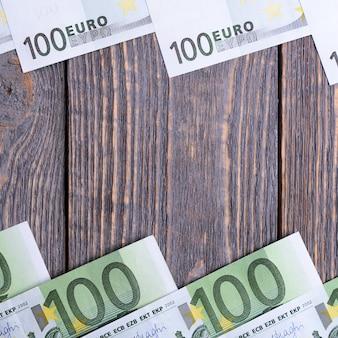 Les billets en euros se trouvent à un espace en bois.
