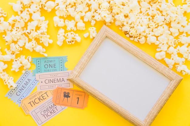 Billets de film à côté du cadre