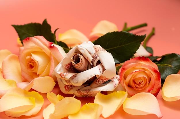 Billets de fleurs en origami la rose est composée de 5000 billets de banque russes. les fleurs préférées du concept sont de l'argent