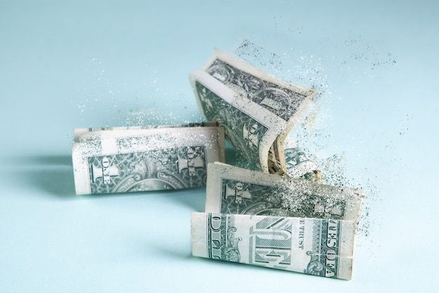 Les billets froissés disparaissent de la table