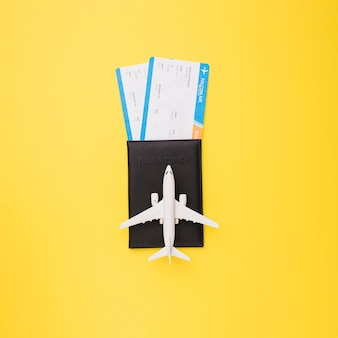 Billets, passeport et avion jouet