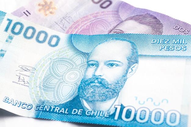 Billets de peso chilien isolés sur fond blanc pour les concepts d'économie et de finance chiliennes