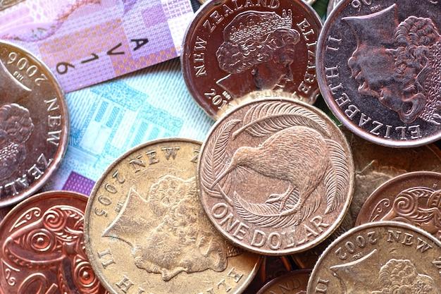 Billets et pièces en dollars néo-zélandais sur fond blanc
