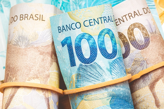 Billets réels brésiliens avec élastique en macrophotographie