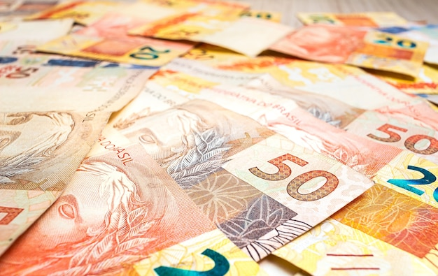 Billets réels brésiliens en gros plan pour le concept d'économie brésilienne