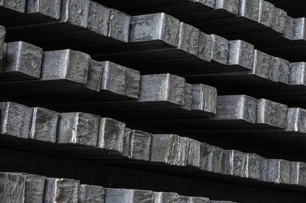 Billettes d'acier dans l'entrepôt de l'usine métallurgique.