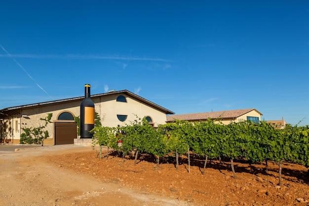 Binissalem , espagne 23 juin l'un des symboles de majorque - distillerie jose luis ferrer avec des vignobles sur une superficie de plusieurs hectares et beaucoup de variétés 23 juin binissalem , espagne 2016