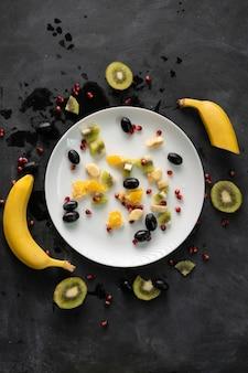 Bio frais tranchés ou hachés en petits morceaux fruits exotiques, grenat, kiwi, bananes