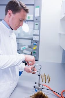 Biochimiste ciblé scellant un flacon