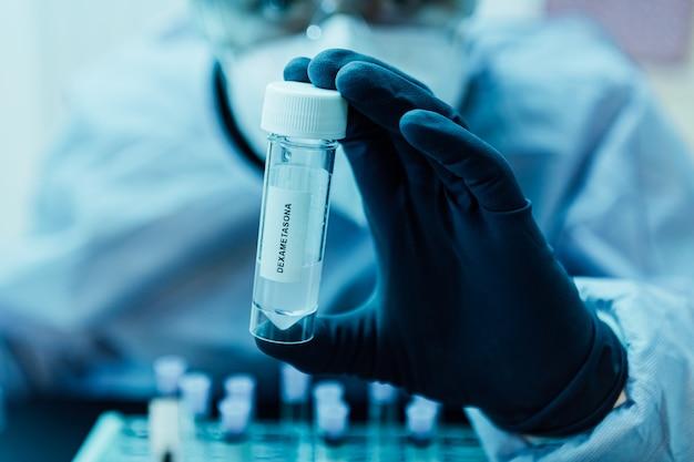 Biologiste tient un pot avec un remède contre le coronavirus covid-19