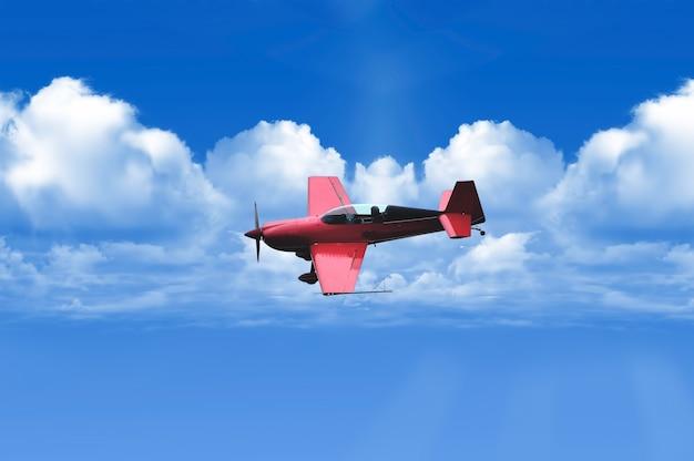 Biplan dans le ciel bleu au-dessus des nuages