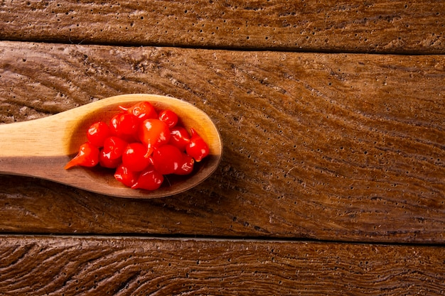Biquinho pepper dans une cuillère. capsicum chinense sur table.