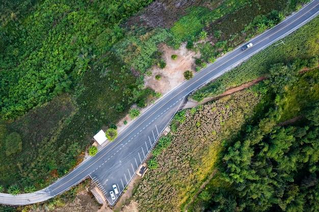Bird eye view sur chemin sur la campagne de montagne chiang rai thaïlande