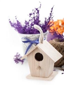 Bird house et branches violettes