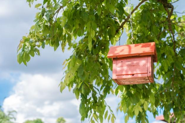 Birdhouse sur fond de ciel. concept de fond.