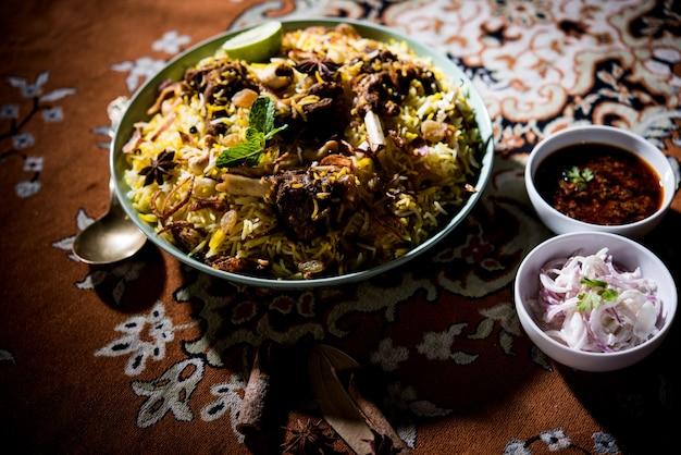 Biriyani de mouton ou d'agneau avec riz basmati, servi dans un bol sur fond de mauvaise humeur