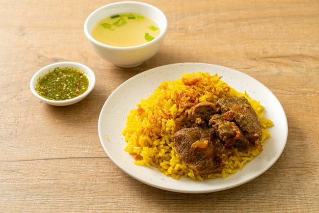 Biryani au boeuf ou riz au curry et boeuf - version thaï-musulmane du biryani indien, avec riz jaune parfumé et boeuf - style de cuisine musulmane