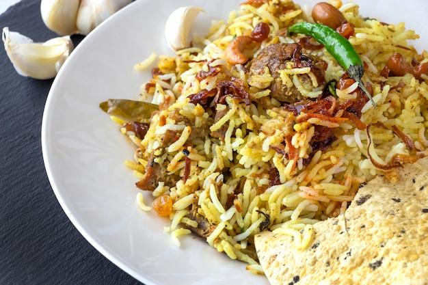 Biryani indien avec accompagnement et piment