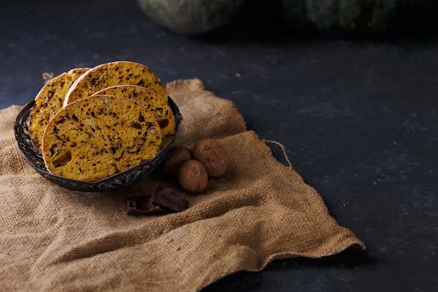 Biscotti aux noix, au chocolat et à la citrouille sur une table sombre