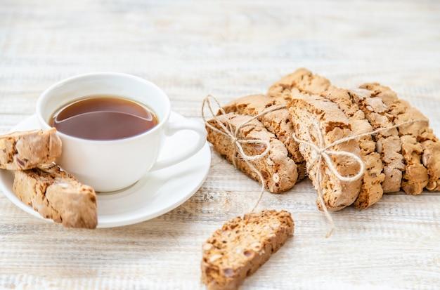 Biscotti sur un fond clair. petit déjeuner savoureux. mise au point sélective.