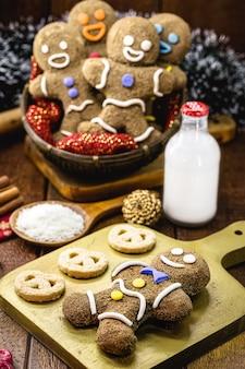 Biscuit amusant avec glaçage, farine complète, cassonade et lait de merde, biscuit de vacances maison