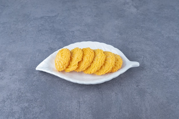 Biscuit d'arrangement sur une assiette sur une table en marbre.