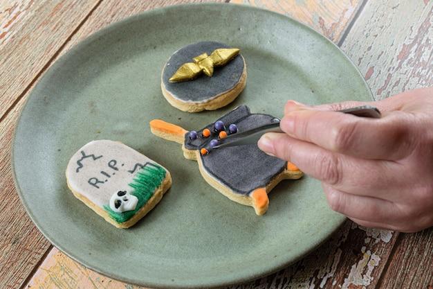 Biscuit au beurre décoré par le boulanger avec des boules de sucre.