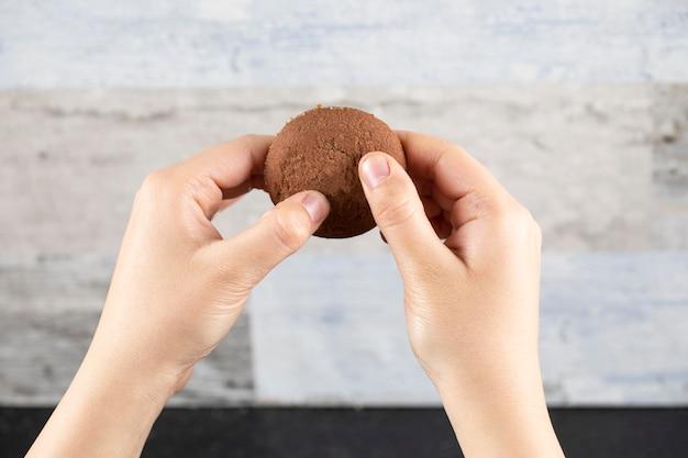 Biscuit au cacao à la main