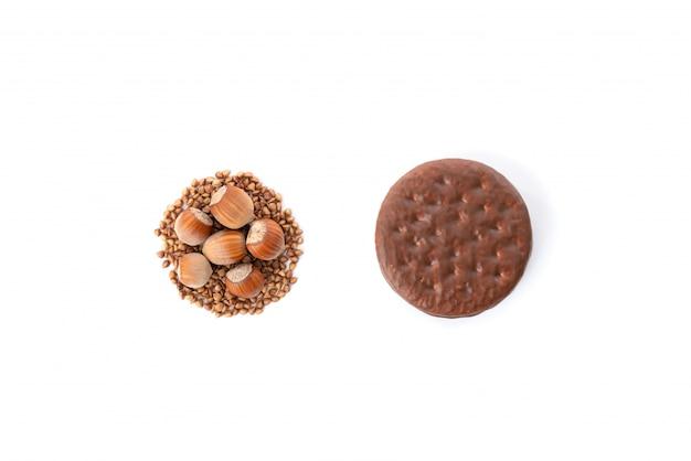 Biscuit au chocolat avec cookie sain naturel fait de sarrasin et de noix isolé sur fond blanc