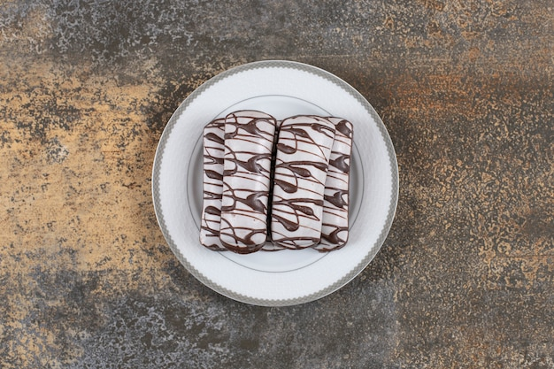 Biscuit au chocolat sur plaque blanche, vue de dessus des cookies frais.
