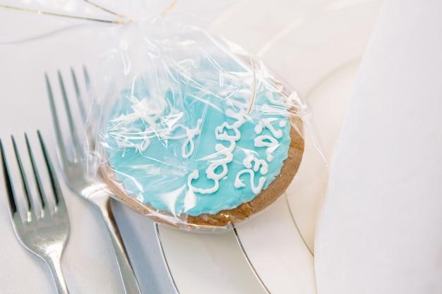 Biscuit au glaçage bleu servi sur assiette blanche