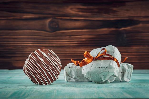 Biscuit au miel et chocolat enrobé dans un emballage cadeau - pao de mel