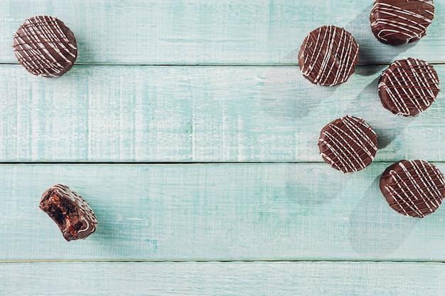 Biscuit au miel fait maison brésilien enrobé de chocolat - pao de mel