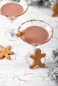 Biscuit au sucre avec rebord arrose. cocktail de noël