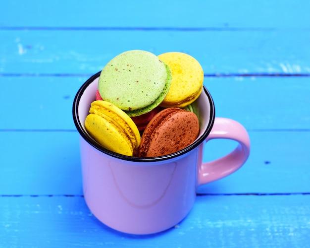 Biscuit aux amandes dans une tasse